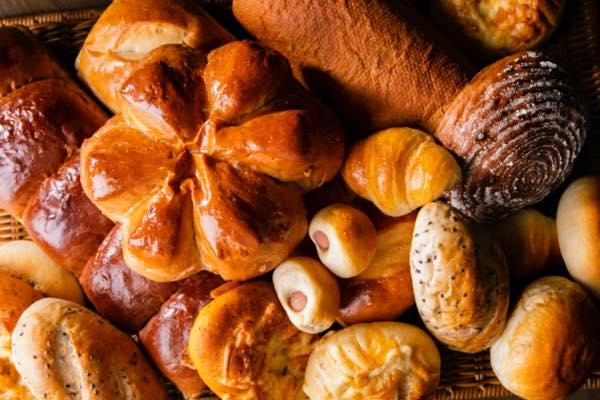 粉からこねて作る焼きたてパンを提供しています。